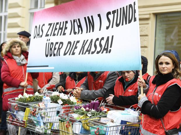 Handel-Betriebsräte bei einer Protestaktion vor der Wirtschaftskammer am Dienstag in Wien.