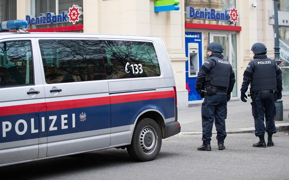 Polizeibeamte sicherten den Tatort.