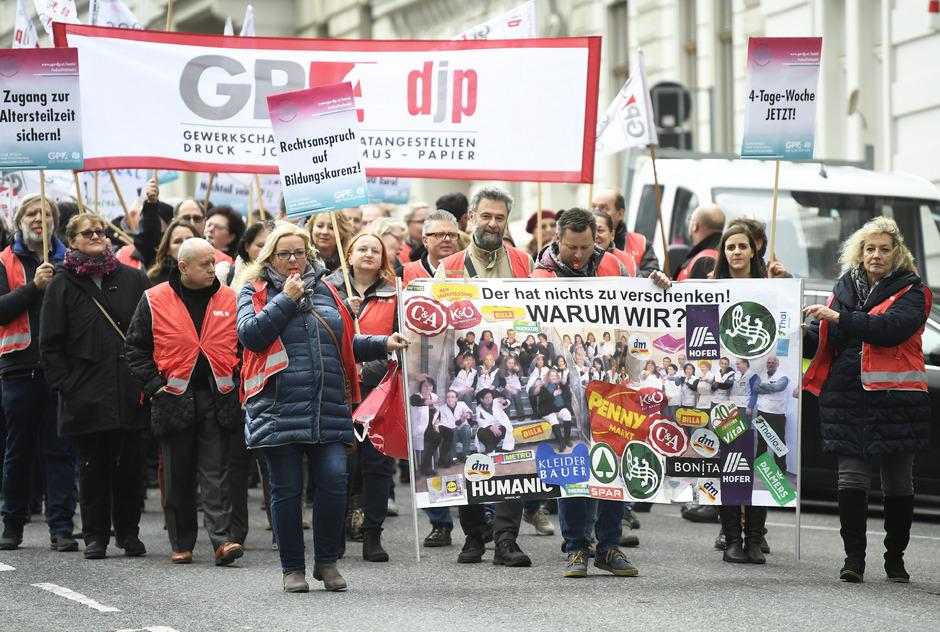 Handels-Betriebsräte während einer Protestaktion vor der Wirtschaftskammer in Wien.