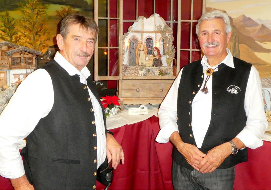 Schriftführer Josef Rohm (links) und Obmann Hans Luchner mit einer Laternenkrippe bei der Langkampfner Krippenausstellung.