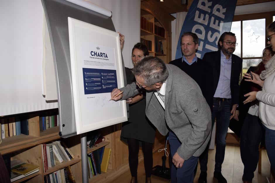 TVB-Obmann Johann Adelsberger unterzeichnet die Charta im Beisein von Projektleiterin Katie Tropper, TVB-Geschäftsführer Lukas Krösslhuber und TVB-Vorstand Manfred Hautz (von links).