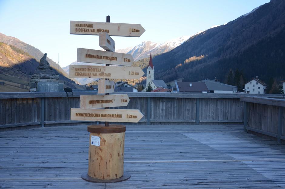 Der Wegweiser beim Galtürer Alpinarium zeigt das Netzwerk der Partnereinrichtungen im Dreiländereck.