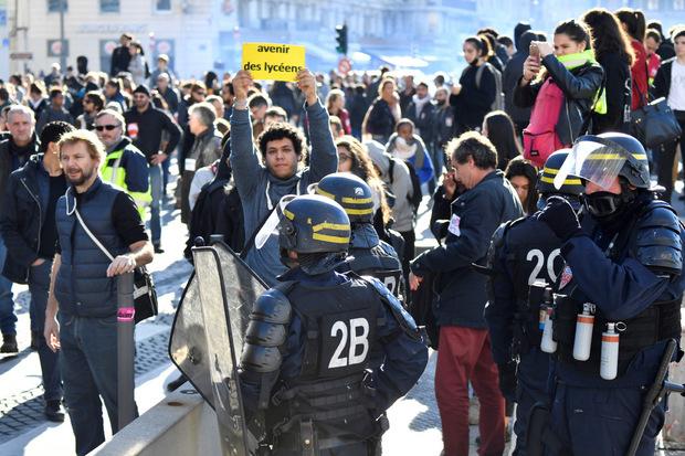 Hunderte Schüler wurden vorübergehend festgenommen.
