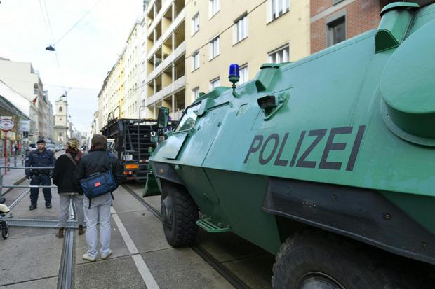Die Polizei war mit zahlreichen Beamten und Panzerwagen im Einsatz.