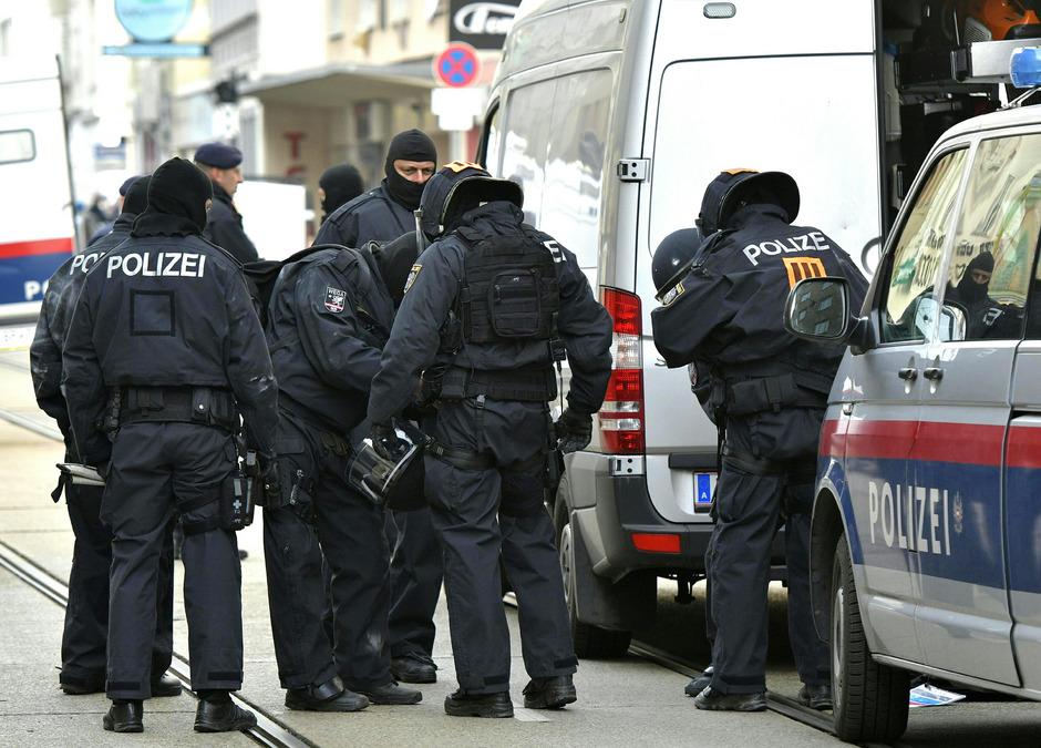 Polizeibeamte bei der Räumung in Wien-Ottakring.