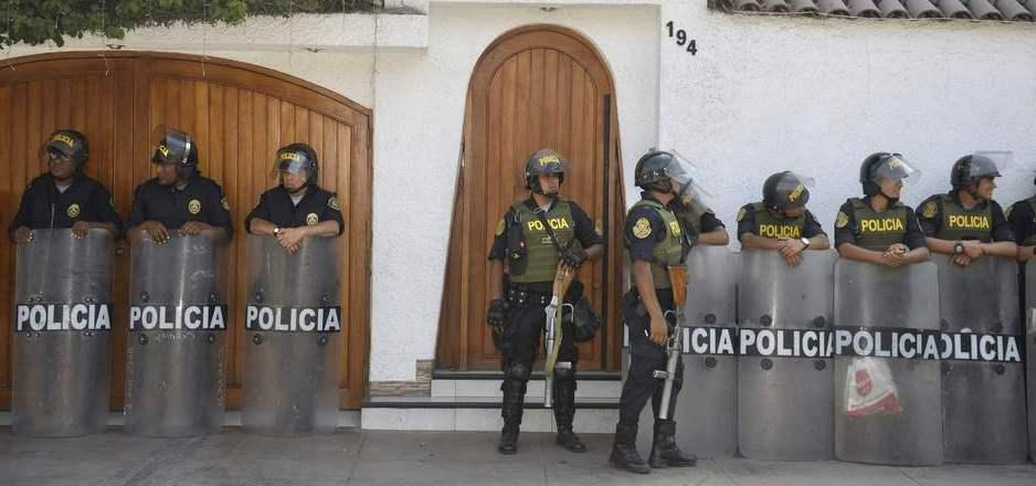 Ein Großaufgebot der Polizei versammelte sich vor der Villa von Edwin Oviedo.