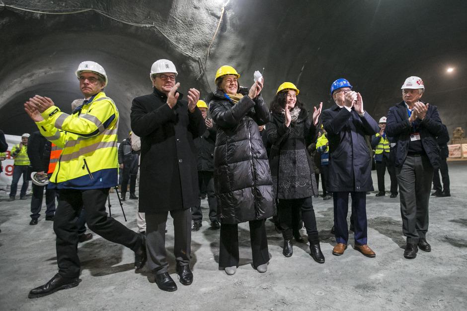 Applaus im Tunnel: Konrad Bergmeister, Günther Platter, Violeta Bulc, Ingrid Felipe und EU-BBT-Koordinator Pat Cox (v.l.).