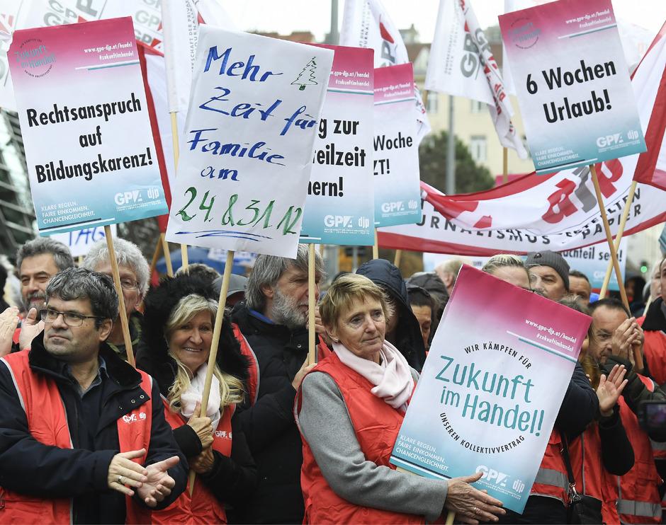 Handel-Betriebsräte während einer Protestaktion vor der Wirtschaftskammer in Wien.