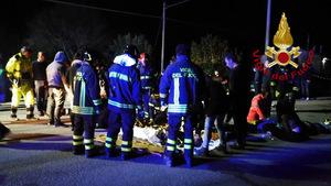 Rettungskräfte versorgten die Verletzten auf offener Straße.
