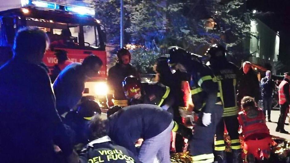 Die Feuerwehr veröffentlichte dramatische Bilder vom Ort des Unglücks.