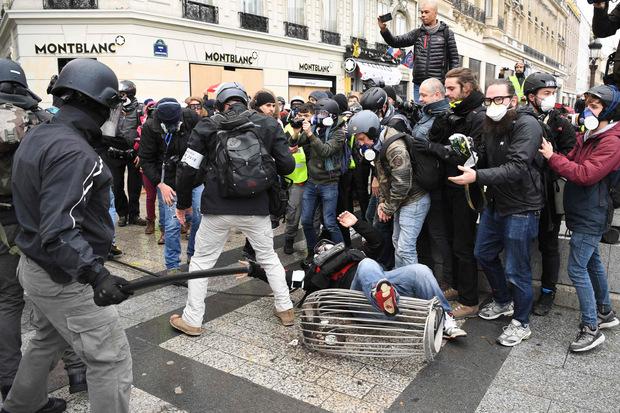 Am Samstag kam es zu ersten Zusammenstößen zwischen Polizei und Demonstranten.