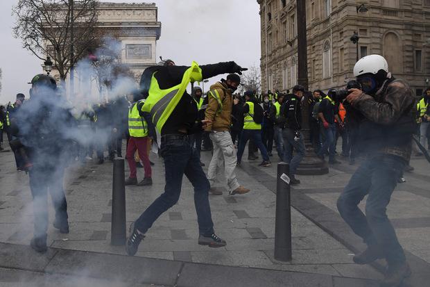 In der Umgebung der Champs-Élysées setzte die Polizei vereinzelt Tränengas gegen die Demonstranten ein.