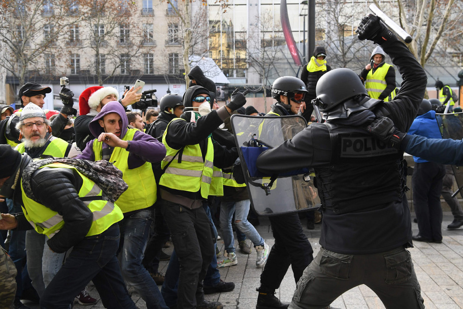 Polizisten und Sicherheitskräfte versuchten, Kundgebungsteilnehmer zurückzudrängen.