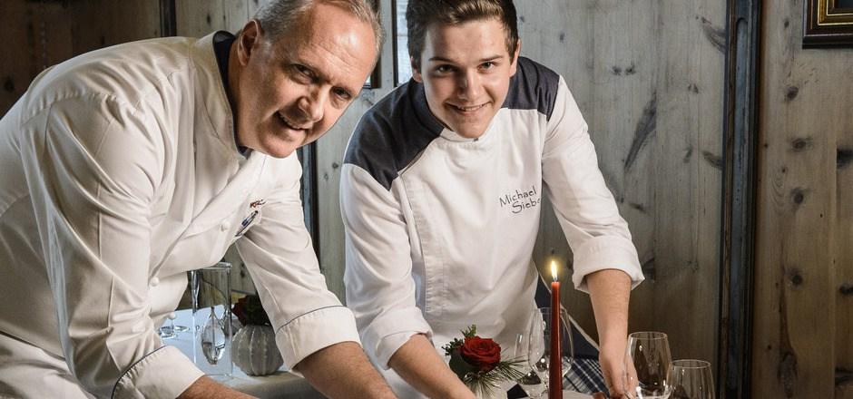 Schöne Bescherung: Der Ischgler Hauben-Koch Martin Sieberer und sein Sohn Michael sind am Herd ein eingespieltes Team. Zusammen zaubern sie ein dreigängiges Weihnachtsmenü und verraten ihre Rezepte.
