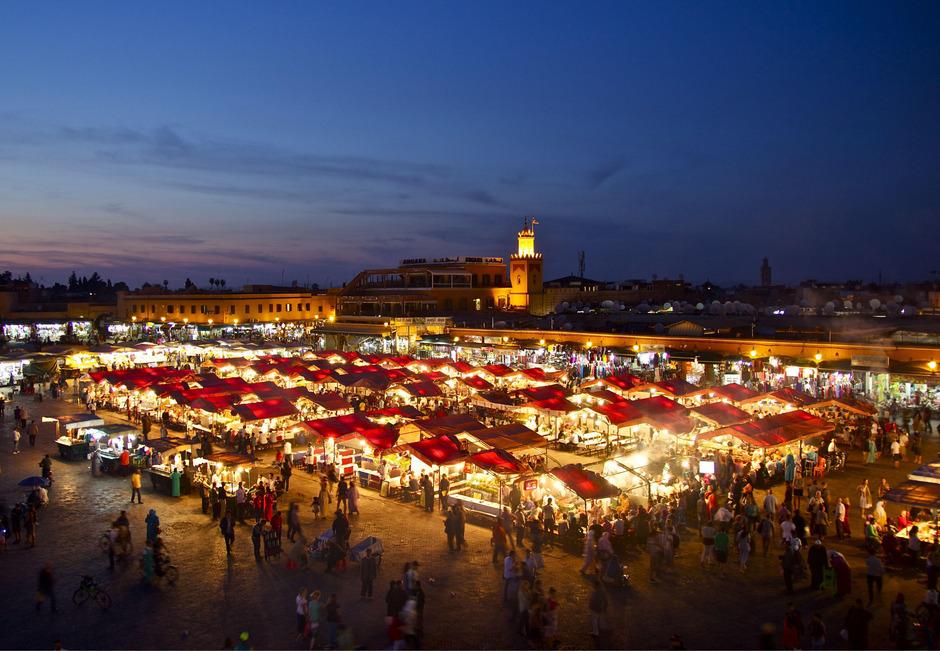 Blick auf das Herzstück von Marrakesch, den Djemaa el Fna, den Platz der Geköpften.