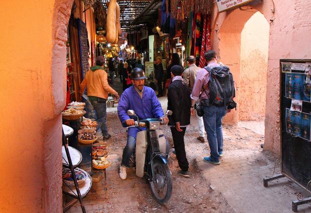 In den Souks sind trotz Fahrverbots oft motorisierte Zweiräder unterwegs.