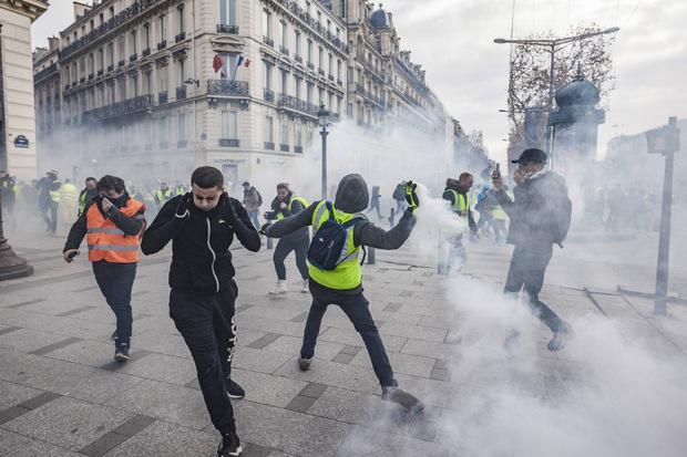 Die Polizei setzte Tränengas, Wasserwerfer und Blendgranaten ein.