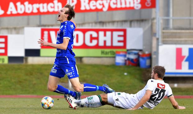Dominik Baumgartner holte Florian Flecker ungestüm von den Beinen - es gab früh Elfmeter für Hartberg.
