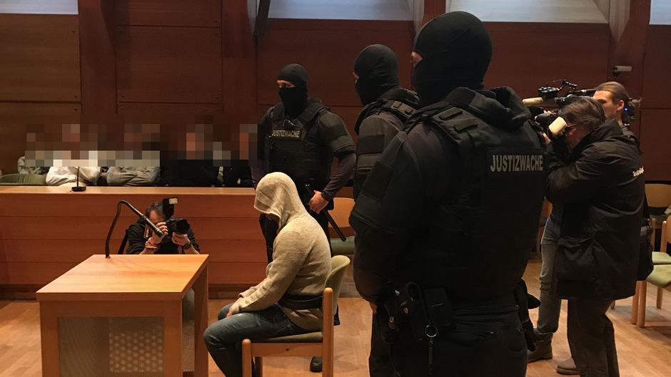Unter großen Sicherheitsvorkehrungen wurde der 29-Jährige in den Gerichtssaal gebracht.