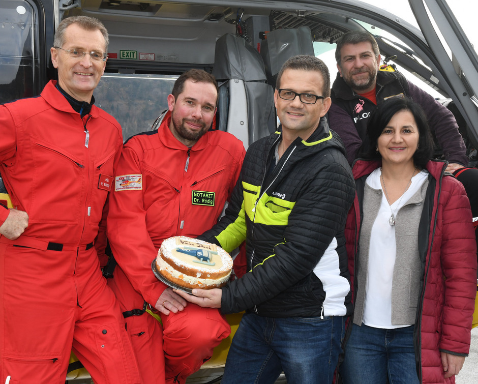 Patient Günther Leitner (3.v.r.) und Ehefrau Maria Leitner dankten dem Flugrettungsteam von Heli 3: Flugretter Peter Schuster, Notarzt Stefan Rödig und Pilot Roberto Ferraz (v.l.).