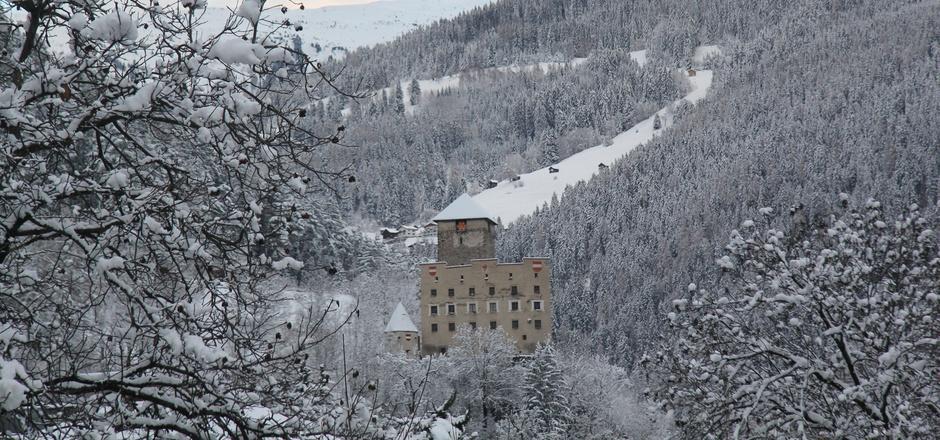 Der Blick Richtung Schloss Landeck. Ein geplanter Weg soll den Talkessel umrunden und dabei fünf Ruinen, Burgen und Schlösser der Region verbinden.