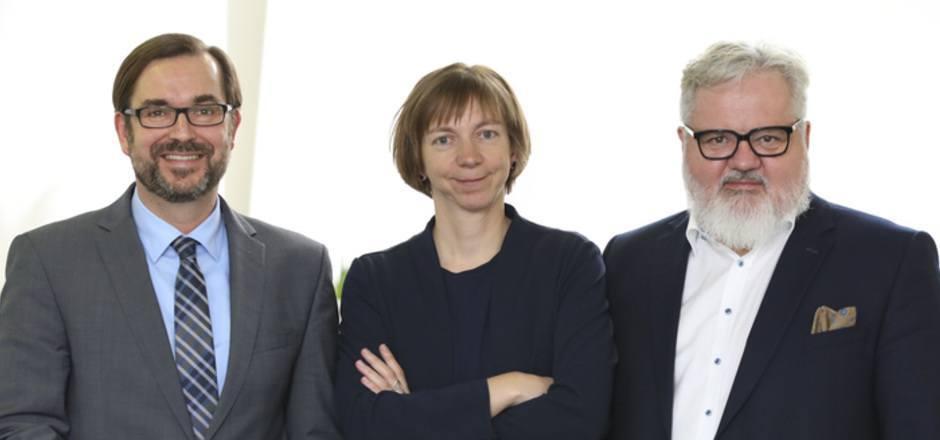 APA-CEO Clemens Pig mit dem neuen redaktionellen Führungsduo: Katharina Schell (Digitale Innovation) und Johannes Bruckenberger (Chefredakteur).