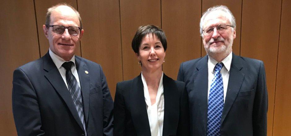 Amtsübergabe am BG Hall: OLG-Präs. Schröder (l.) mit Heike Höllwarth-Lang und Johann Arnold.