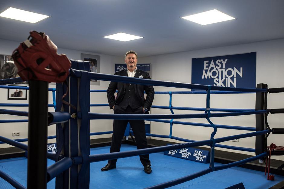 Christian Jäger hat etliche bekannte Kampfsportler unter Vertrag und will in diesem Bereich am Millionenrad drehen.