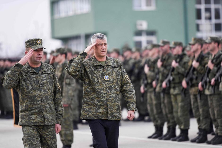 Kosovos Präsident Hashim Thaci befehligt nunmehr eine Armee.