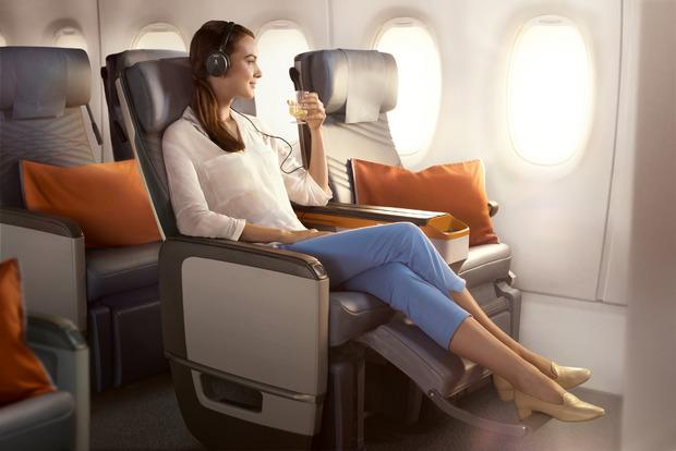 In der Premium Economy Class kann man die 17 Stunden mit mehr Beinfreiheit verbringen.