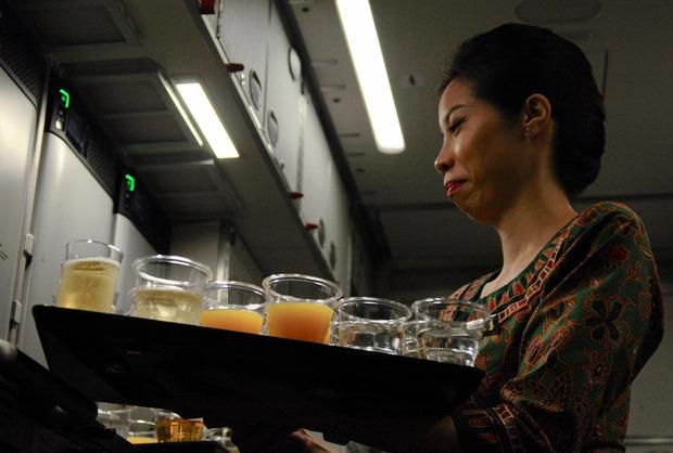 Champagner für alle heißt es an Bord des Fluges Singapur–New York.