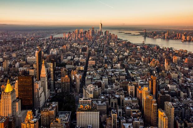 Bei der Ankunft bietet sich ein beeindruckender Blick auf Manhattan bei Sonnenaufgang.