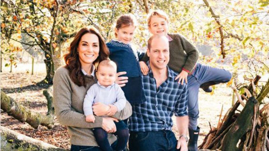 Das Motiv der Weihnachtskarte von Prinz William und Herzogin Kate: Rechts von William balanciert Prinz George auf einem Ast, in der Mitte steht Prinzessin Charlotte und im Arm seiner Mama lacht Prinz Louis in die Kamera.