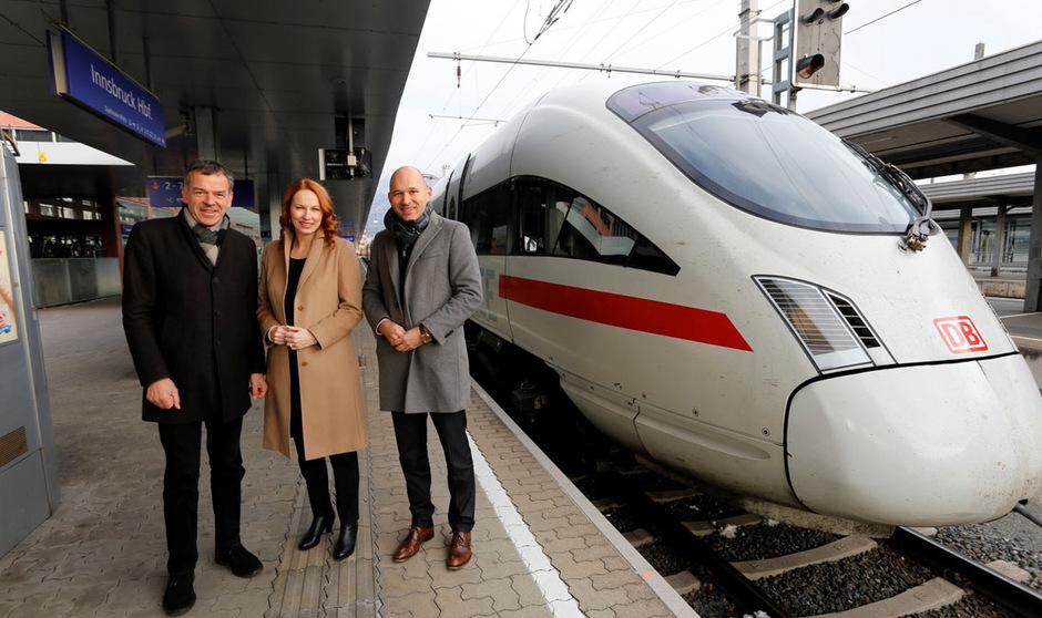 """Innsbrucks Bürgermeister Georg Willi, Michaela Huber (Vorstandsmitglied ÖBB-PV) und Marco Kampp (Leiter  Fernverkehr DB) verabschiedeten den ICE """"Wetterstein"""" bei seiner Premierenfahrt von Innsbruck nach Hamburg."""