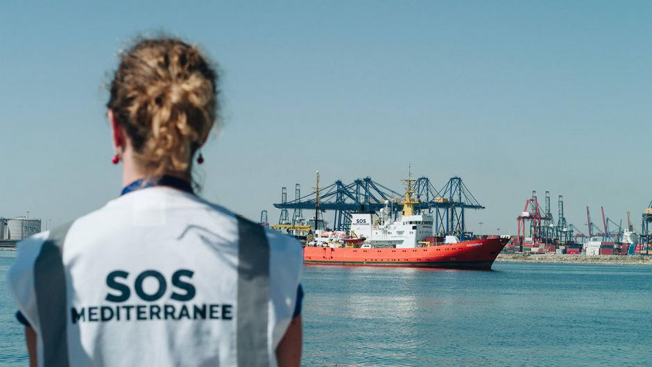 """""""Ärzte ohne Grenzen"""" stellt die Rettung mittels der Aquarius ein, bisher wurden fast 30.000 Migranten vor dem Ertrinken bewahrt. Neben Italien trage auch Österreich massiv Schuld am Aus."""