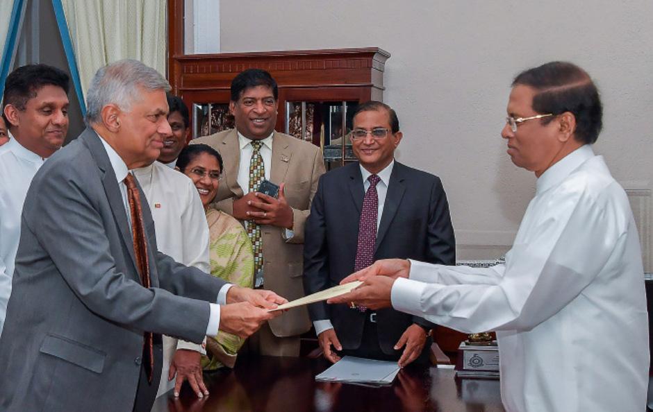 Präsident Maithripala Sirisena hat den zuvor entlassenen Premier Ranil Wickremesinghe wieder vereidigt.