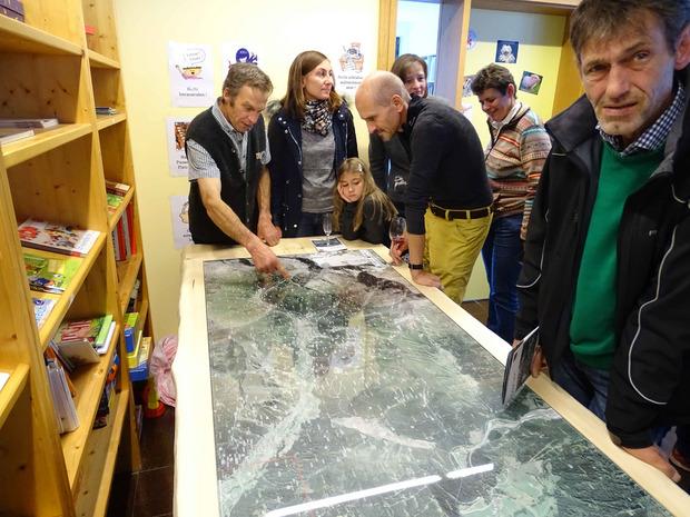 Das Valser Projektteam hat eine große Flurnamenkarte gedruckt.