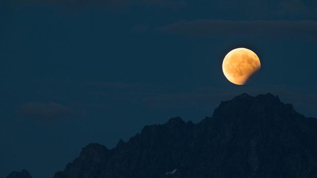 Partielle Mondfinsternis in den Ötztaler Alpen.