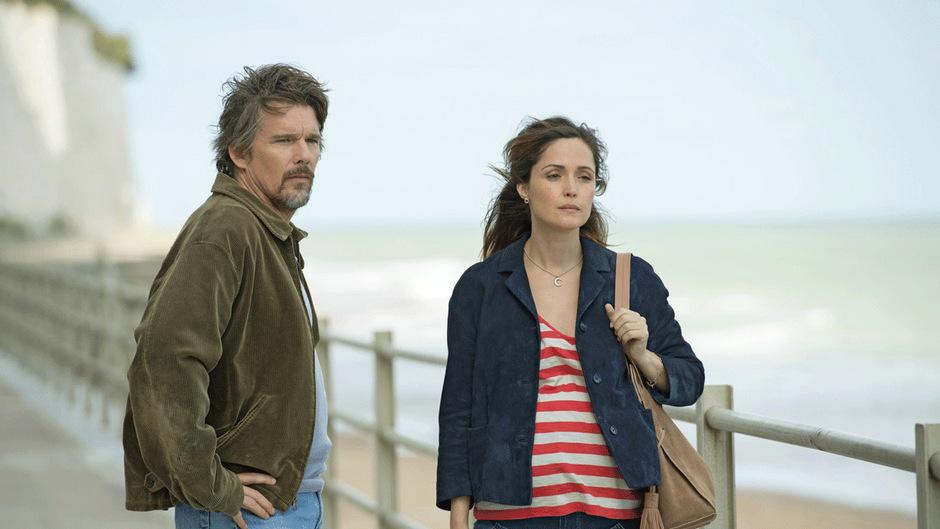 """Ethan Hawke bringt als Tucker Crowe seinen Starstatus in """"Juliet, Naked"""", Rose Byrne liefert als Annie den Charme."""