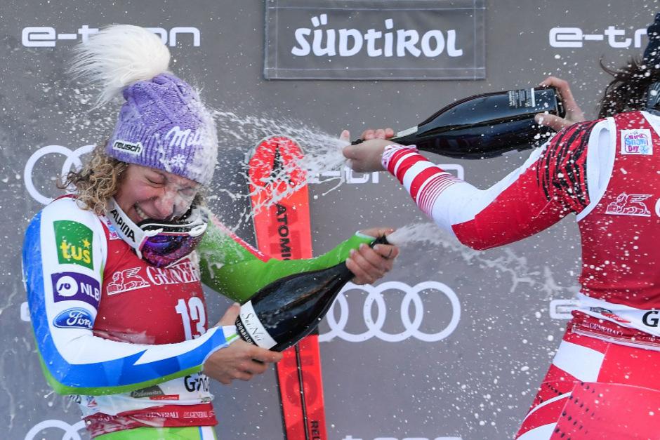 Für Siegerin Ilka Stuhec gab's nach dem Rennen eine Sektdusche.