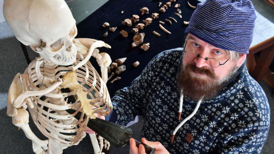 Rechtsmediziner Frank Ramsthaler demonstriert einen Dolchstoß, dessen Verletzungen jetzt an den sterblichen Überresten des Fürsten von Helmsdorf nachgewiesen wurden.