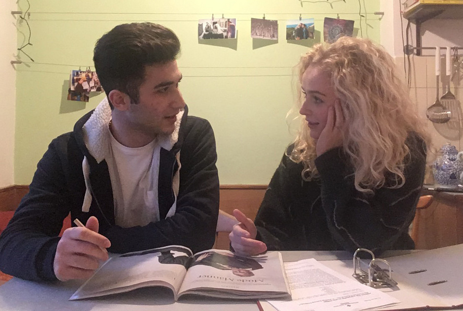 Luisa hilft Ahmed beim Lernen für die anstehenden Prüfungen im PORG Volders.