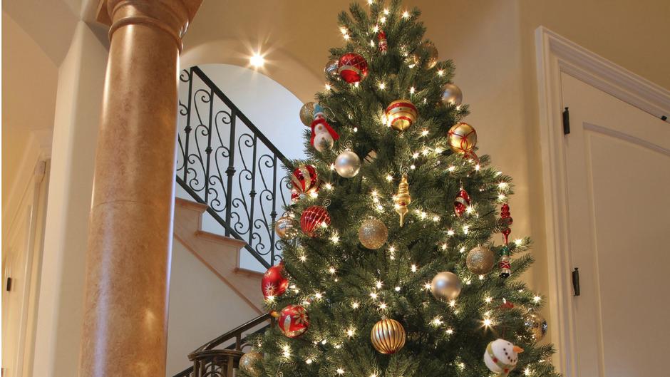 Das Angebot vom fix und fertig geschmückten Baum ist längst keine Seltenheit mehr. (Symbolbild)