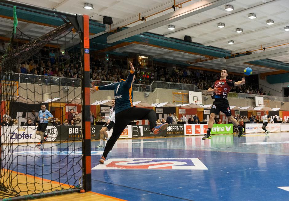 Volle Attacke: Nach der Aufholjagd mit elf ungeschlagenen Spielen wollen die Schwazer Handballer mit Armin Hochleitner (r.) heute erneut über sich hinauswachsen.