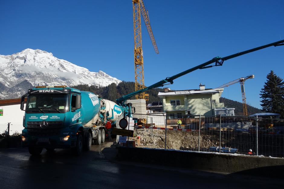 Am Einhornweg in Mils sind längst die Baumaschinen aufgefahren, doch das Wohnbauprojekt sorgte im Gemeinderat noch einmal für Kontroversen.