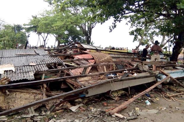 Das Wasser hat die einfachen Hütten in Strandnähe zerstört.
