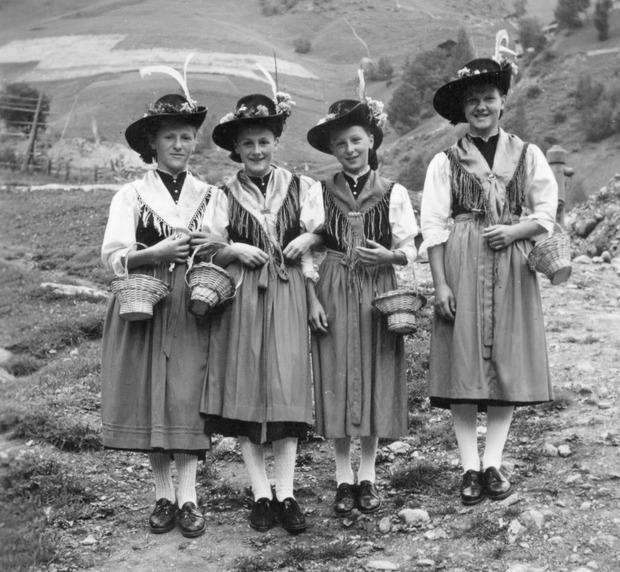 Die Blumenmädchen der MK Hopfgarten (1956): Hermine Blassnig, Annemarie Schneider, Mariedl Grimm, Ehrentraud Unterlercher (v.l.).