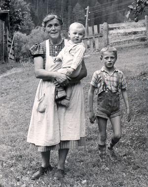 Elisabeth Steinkasserer mit Sohn Johann (r.) und Enkel Michael.