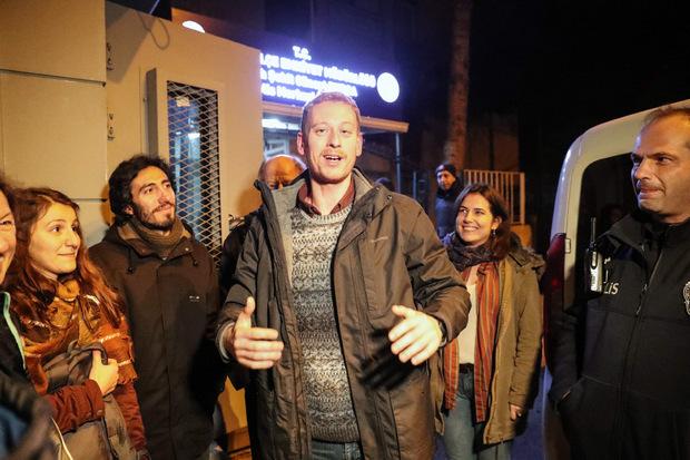 Max Zirngast nach seiner Befreiung mit Freunden und Unterstützern.