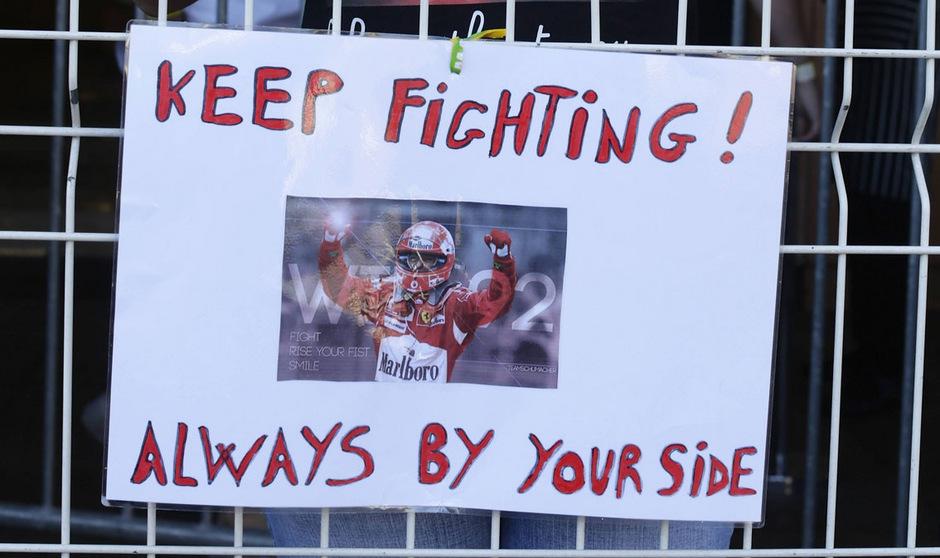 Mit Plakaten an den Rennstrecken sprachen die Fans Michael Schumacher Mut und Kraft zu.